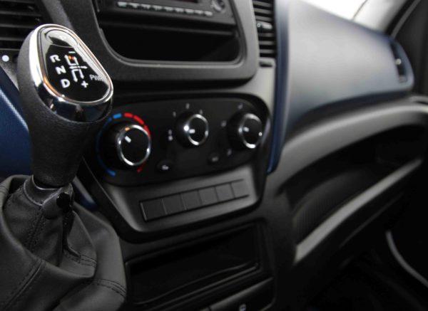 Detalle del cambio automático de la Iveco 3.500 furgón de ocasión de DFM